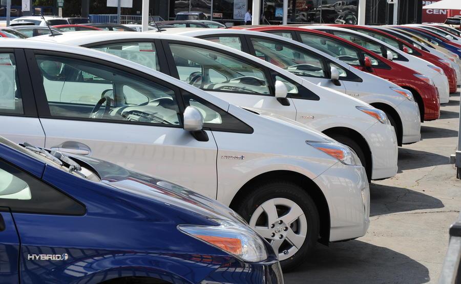 Впервые за три года продажи машин в России начали падать
