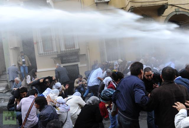 Турецкая полиция разогнала курдских демонстрантов водометами и газом