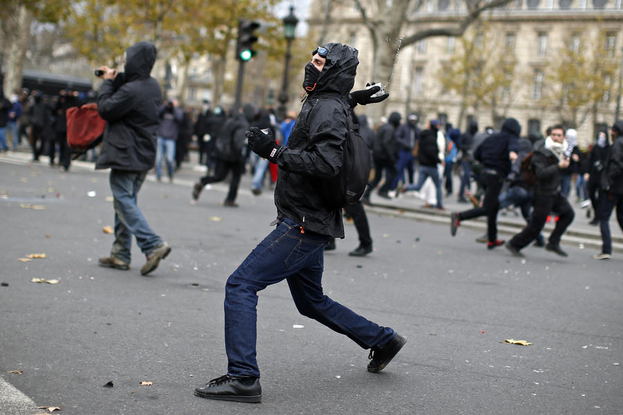 Полиция в Париже задержала около 100 участников демонстрации в защиту климата Земли