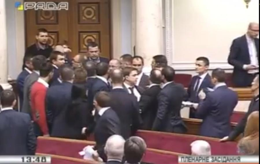 Депутат Рады: На западном ТВ драка в парламенте вышла в эфир с титром «Им мы хотим давать оружие?»