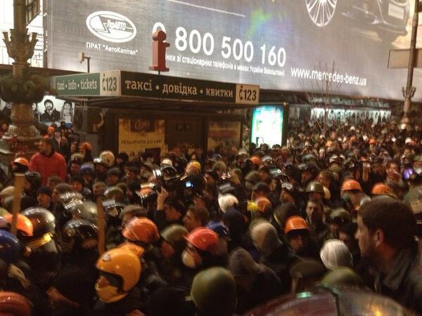 В Киеве протестующие отпустили захваченных курсантов внутренних войск