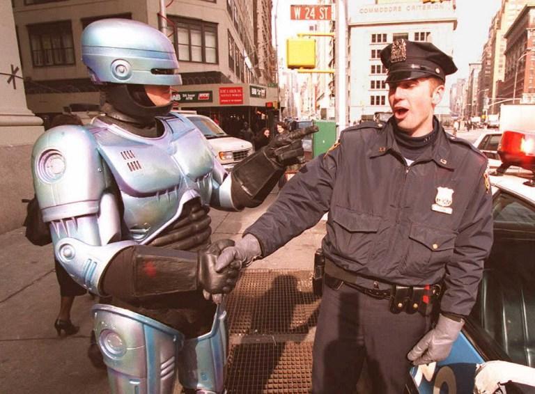 Жители Детройта уговорили власти установить статую Робокопа