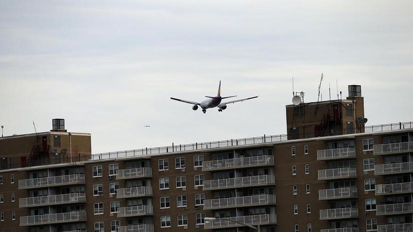 Полному пассажиру продали два места в самолёте на разных рядах