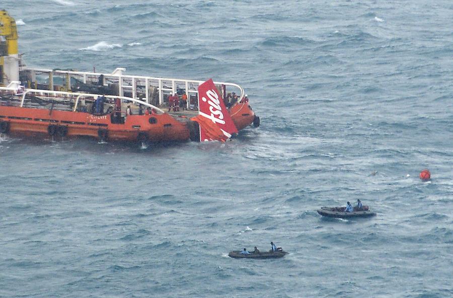 Сигнал чёрных ящиков лайнера AirAsia принят сразу 3 судами