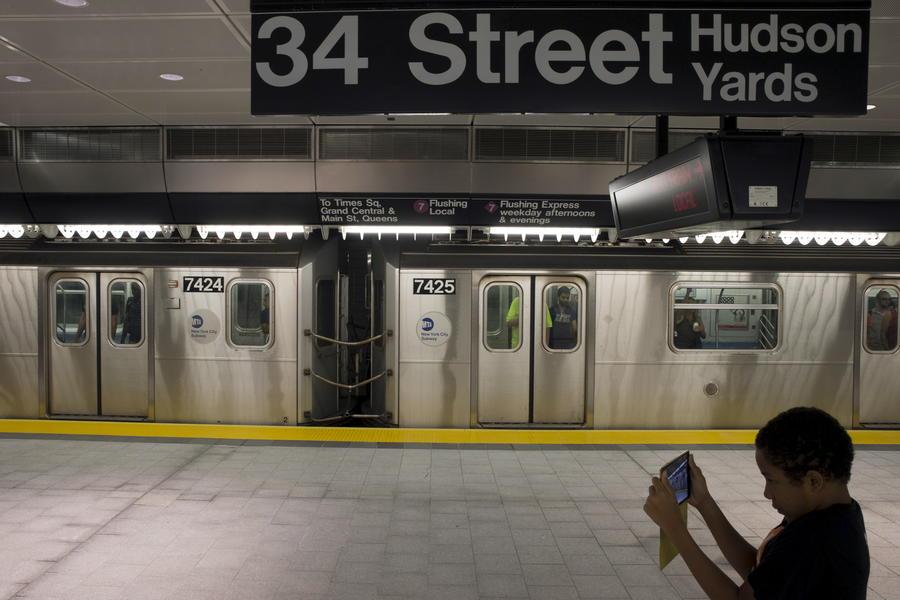 Пассажиров метро Нью-Йорка возмутили рекламные нацистские символы и японские флаги