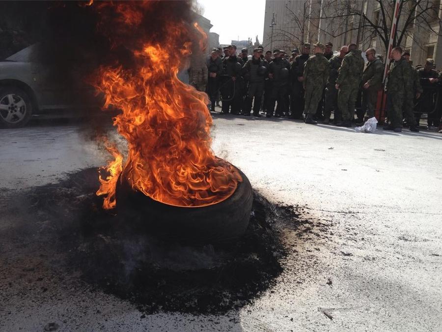 Дым батькивщины: администрацию Порошенко обложили горящими покрышками