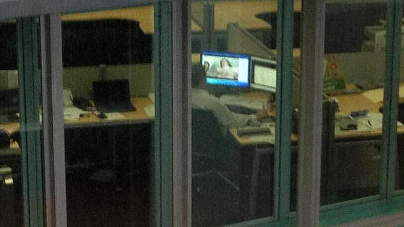 Мужчина, смотрящий порно на рабочем месте, стал звездой твиттера благодаря соседям