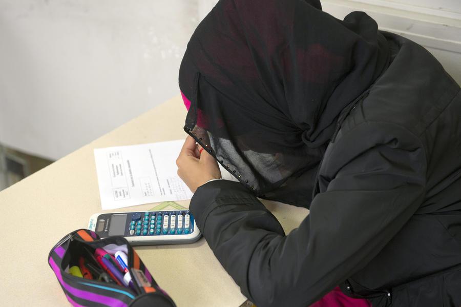 В Великобритании учитель мусульманской школы взломал телефон 16-летней ученицы в поисках непристойных фотографий