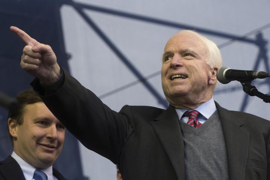 Американский сатирик: Джон Маккейн должен призвать ко вводу войск в Швейцарию для борьбы с ФИФА