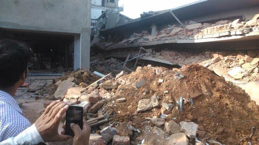 В Индии в результате обрушения здания погибли 14 человек, под завалами ещё остаются люди