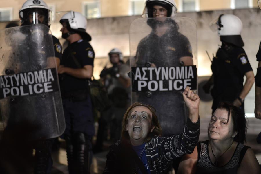 Парламент Греции уволит около 20 тыс. человек, чтобы удовлетворить ЕС