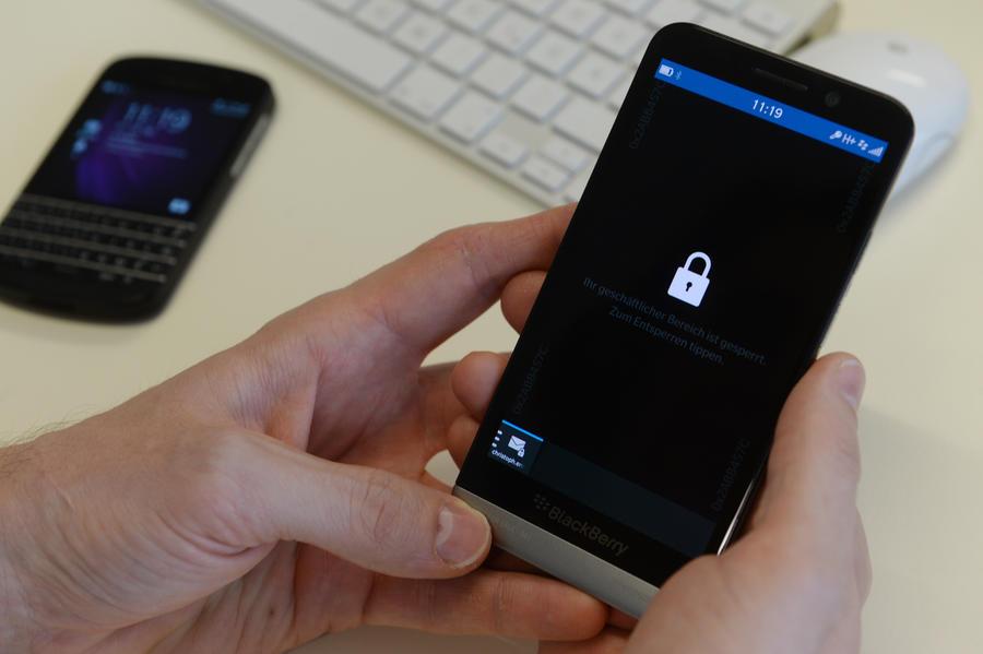 Европейские политики отказываются от мобильных телефонов, опасаясь слежки