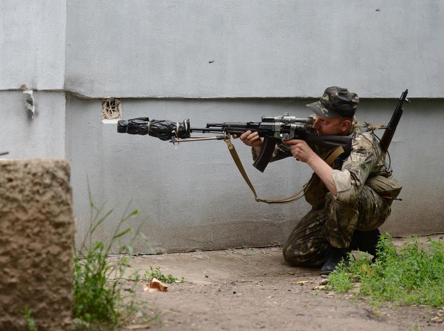 В окрестностях Луганска продолжается бой: есть жертвы среди ополченцев и мирных жителей