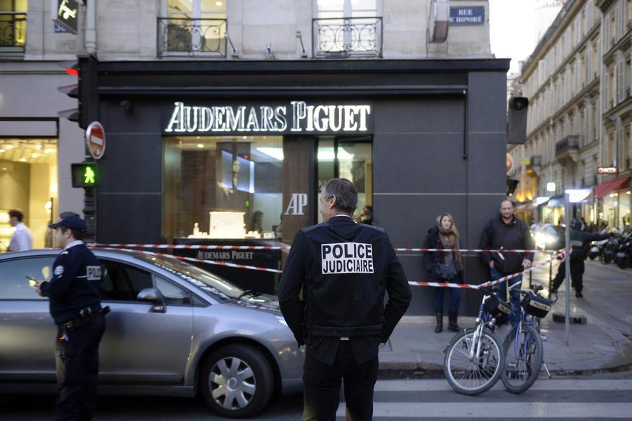 Налётчики вынесли из ювелирного магазина в Париже часов на €800 тыс.