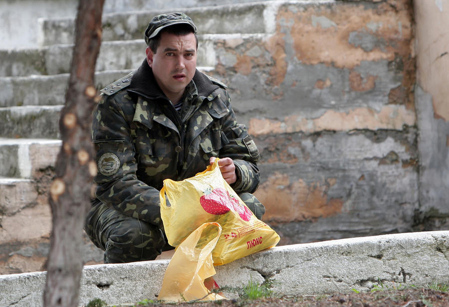 Ненужная армия: почему украинские воинские части сдаются ополченцам без боя