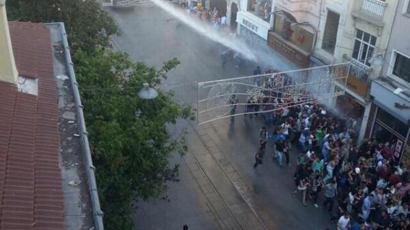 В парке Гези полиция вновь разгонала митингующих слезоточивым газом и водомётами