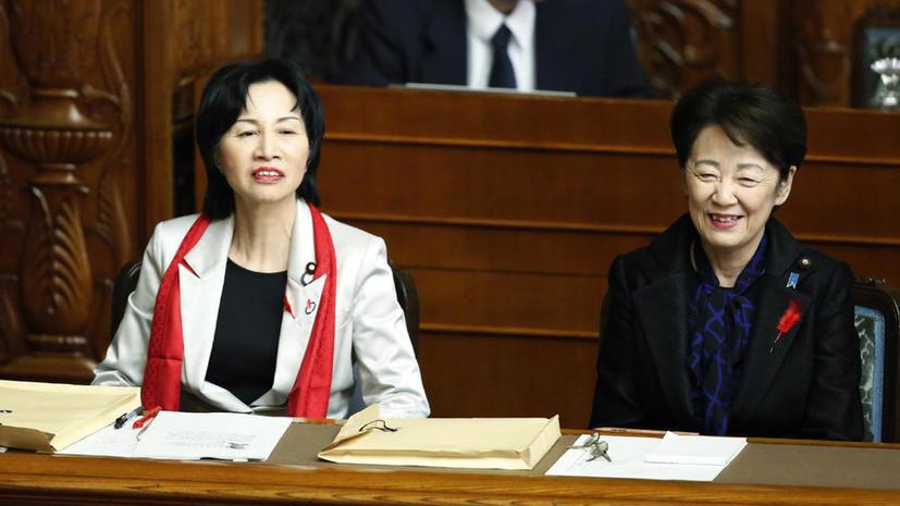 Японские сенаторы отложили заседание, чтобы обсудить красный шарф министра юстиции