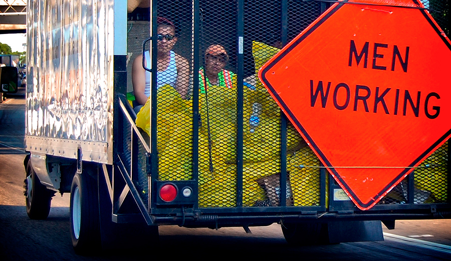 В США запрещают использование «мужских» дорожных знаков