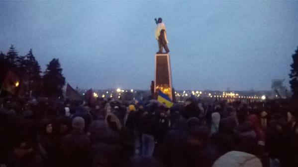 В Запорожье пытаются снести памятник Ленину