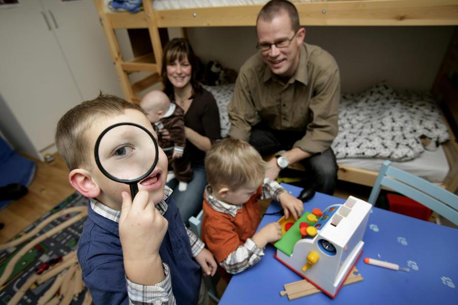 В Швеции разгорается скандал вокруг книги, призывающей родителей бить своих детей