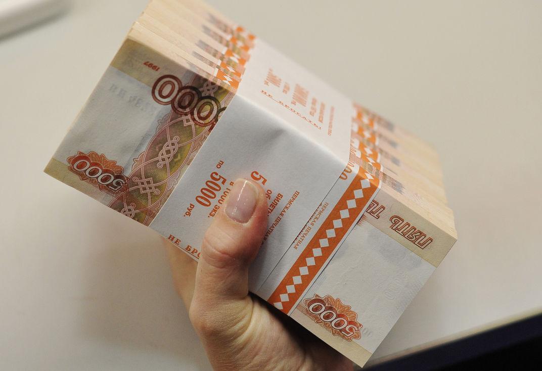 В России через два года запретят платить зарплату наличными