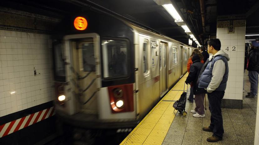 Полиция Нью-Йорка арестовала девушку, столкнувшую мужчину под поезд метро
