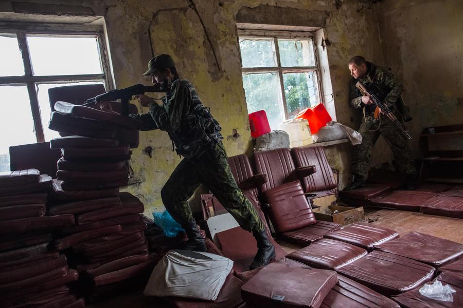 Хрупкое перемирие: в Донецке погиб сотрудник Красного Креста, продолжаются бои за аэропорт
