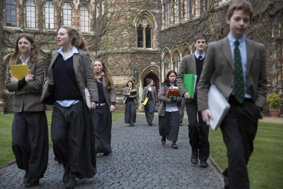 Более половины британских школ страдает от нехватки преподавателей