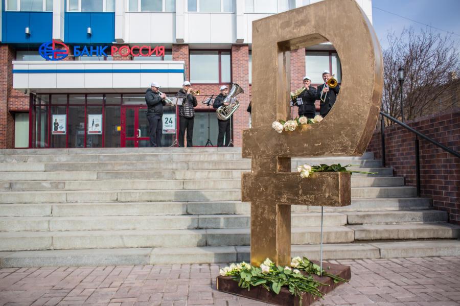 Депутаты Госдумы предлагают фиксировать все контракты в рублях