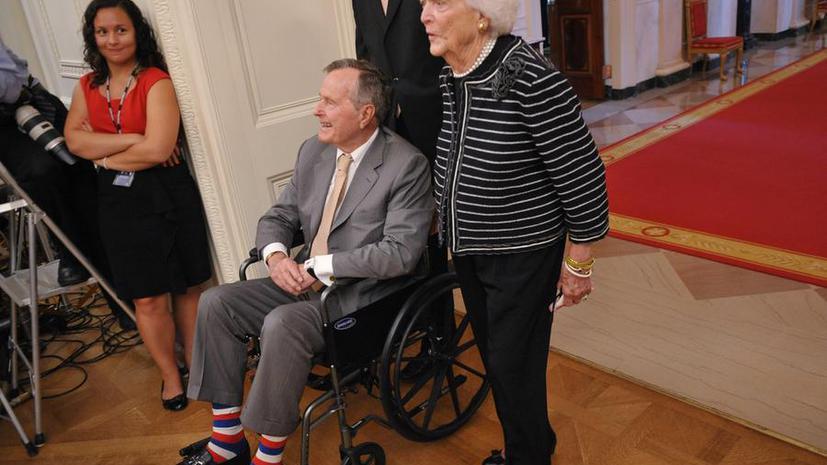 Скажем нет скучным носкам: Буша-старшего передразнили в день рождения