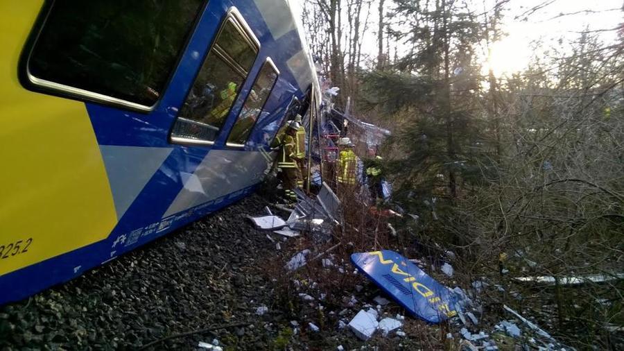 Два пассажирских поезда столкнулись в Баварии, есть погибшие, более 150 человек пострадали
