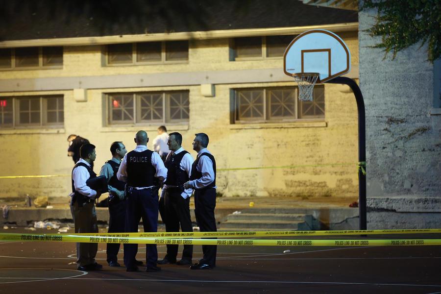 Школьники в Чикаго ездят из школы под конвоем полиции