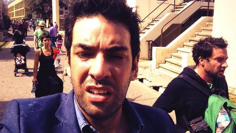 Корреспонденты RT попали под обстрел слезоточивым газом в Чили