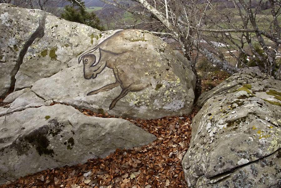 В Испании вандалы пытались «вырезать» древние рисунки из скалы и продать их