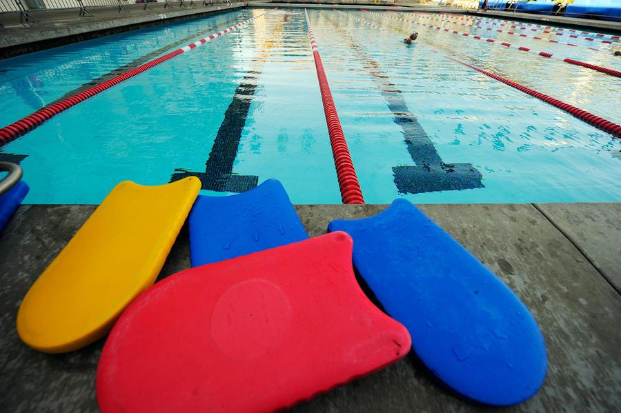 В Великобритании детей эвакуировали из бассейна, приняв стоящий в душевой протез за ногу педофила