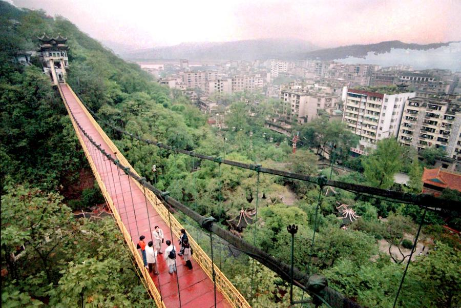 В Китае перевернулся подвесной мост: 20 человек упали в воду