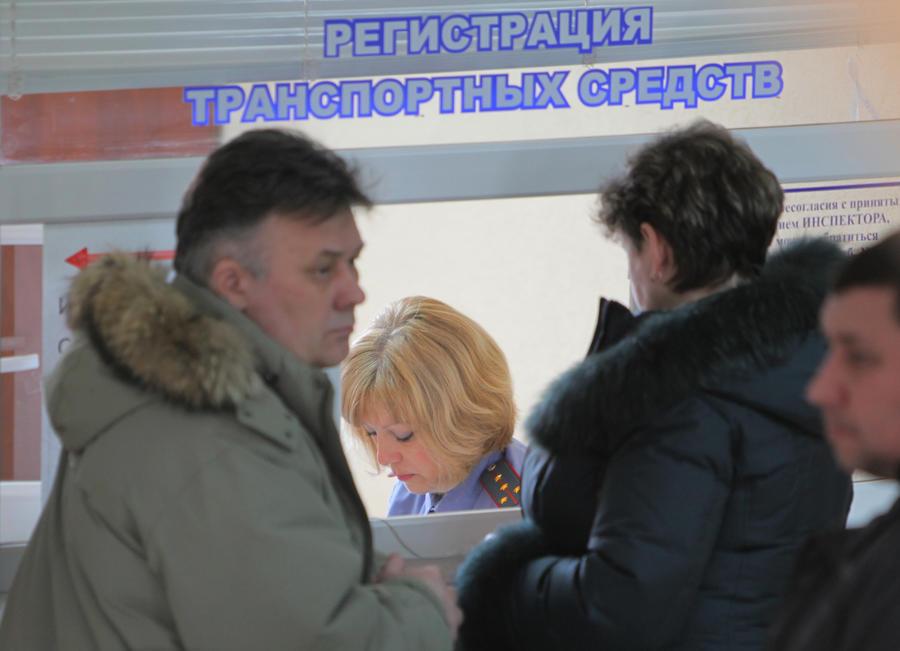 Девушки-консультанты в красных жилетах пополнили ряды сотрудников ГИБДД Москвы