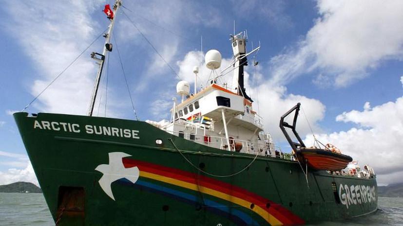Ледокол Greenpeace под конвоем отбуксируют в Мурманск