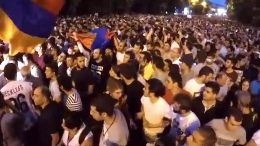 Масштабная акция протеста возобновилась в Ереване — прямая трансляция
