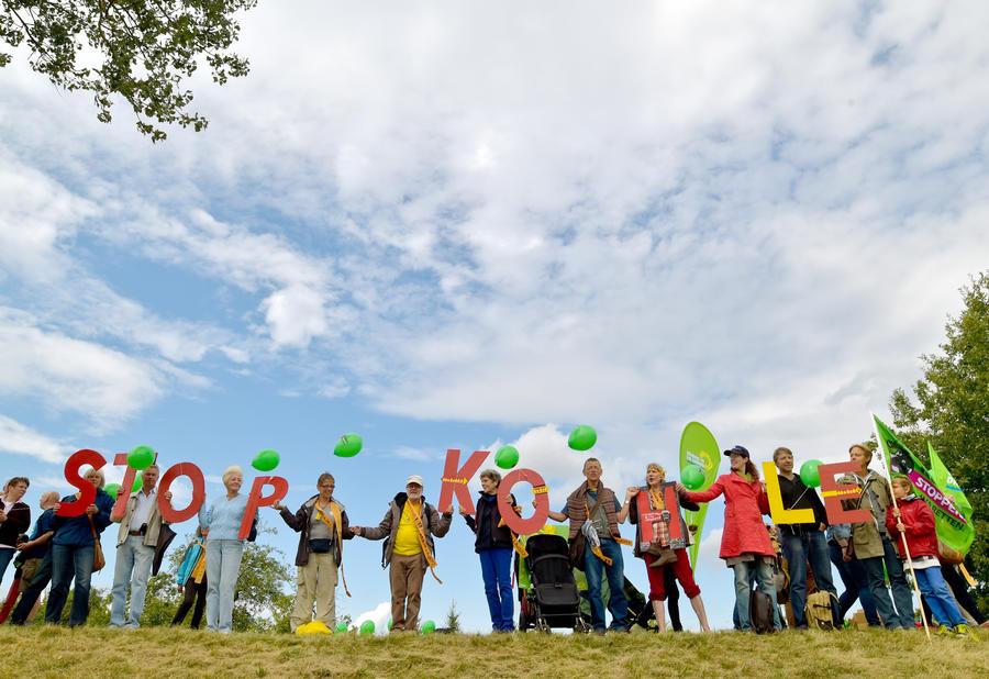 Тысячи активистов выстроились в цепочку в знак протеста против добычи бурого угля