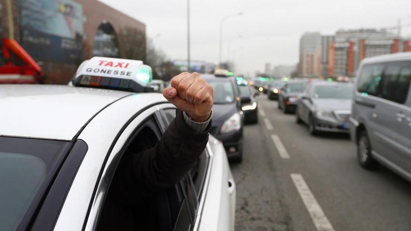 Парижские таксисты выступили против новых технологий и конкуренции
