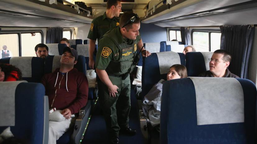 Доклад: Сотрудники погранслужбы США часто избегают наказания за жестокость к мигрантам