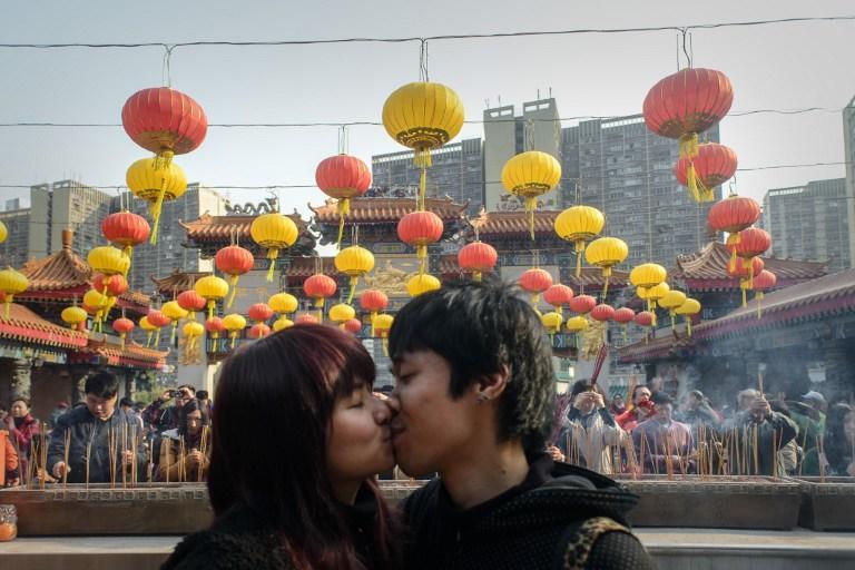 Одинокие китайцы выкупили билеты на нечётные места в кино, чтобы помешать влюблённым сидеть вместе