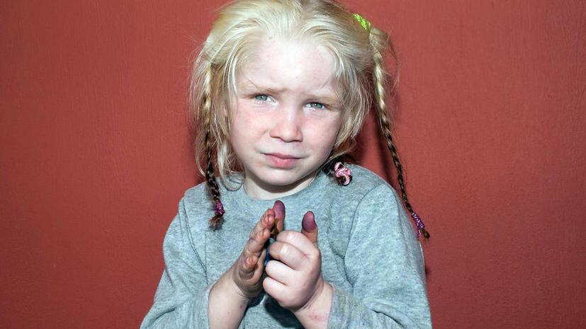 Греческая полиция разыскивает родителей белокурой девочки, жившей в цыганском таборе