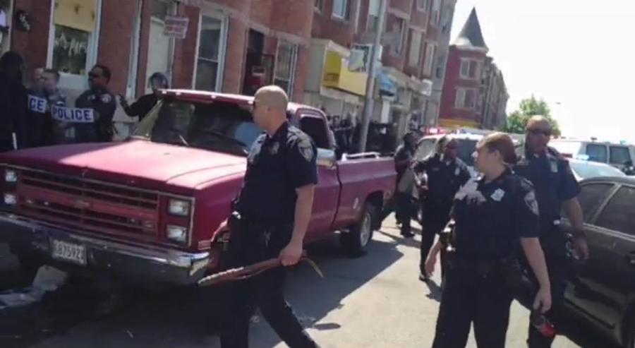 Очевидцы в Балтиморе обвиняют полицейских в стрельбе по чернокожему мужчине во время акции протеста