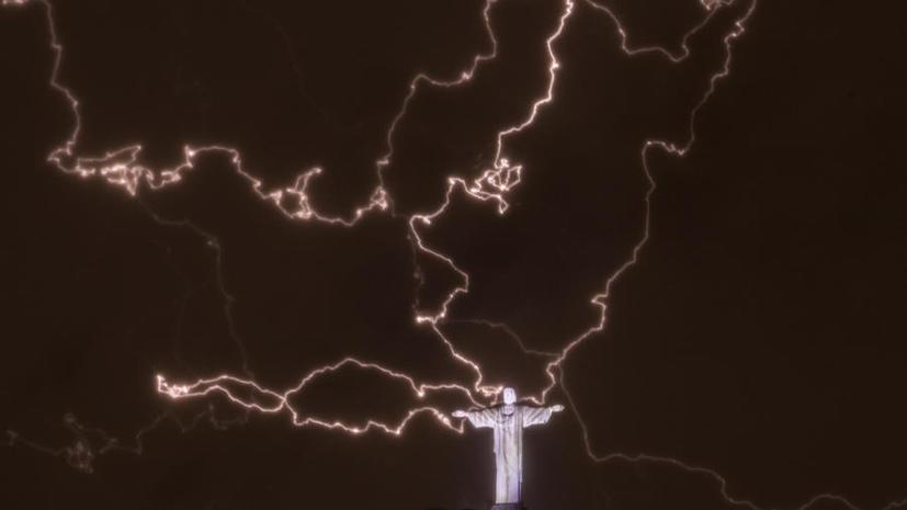 Молния повредила статую Иисуса Христа в Рио-де-Жанейро