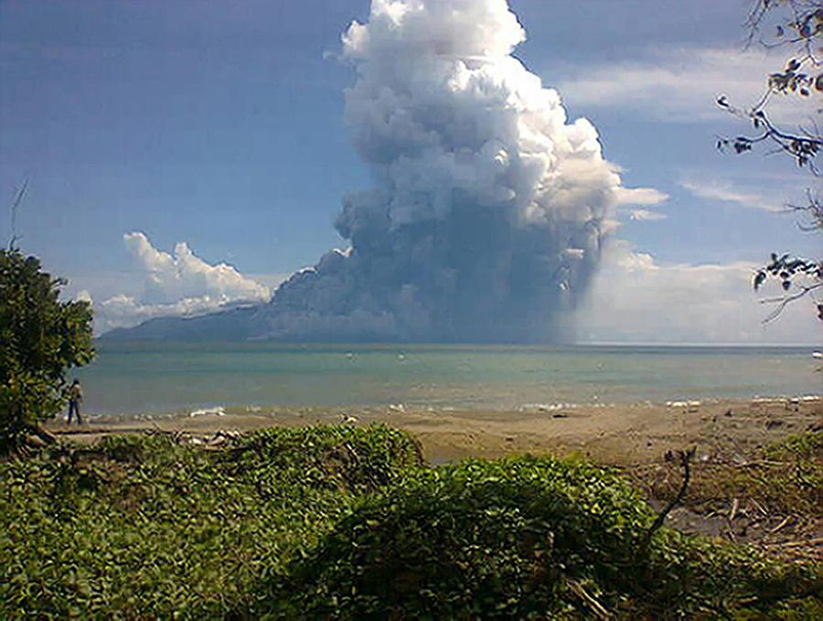Шесть человек погибли в результате извержения вулкана в Индонезии