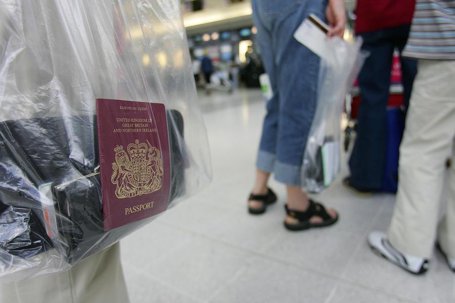 Полмиллиона британцев не могут отправиться в отпуск из-за нерасторопности властей