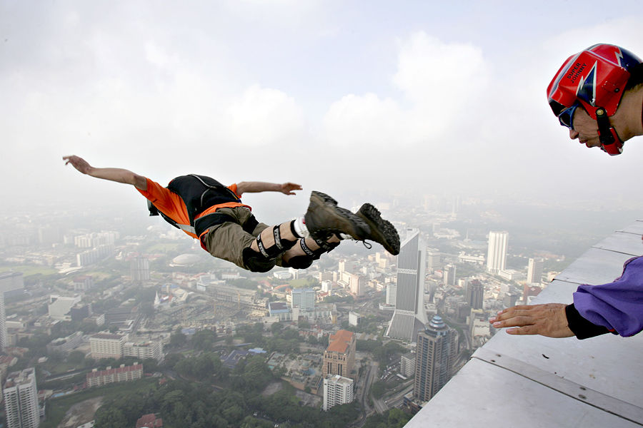 RT покажет первый в истории прыжок с парашютом с башни в «Москва-сити»