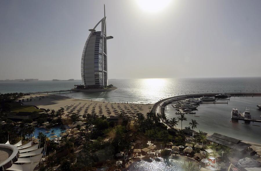 Люксовый отель в ОАЭ встречает гостей золотыми планшетами